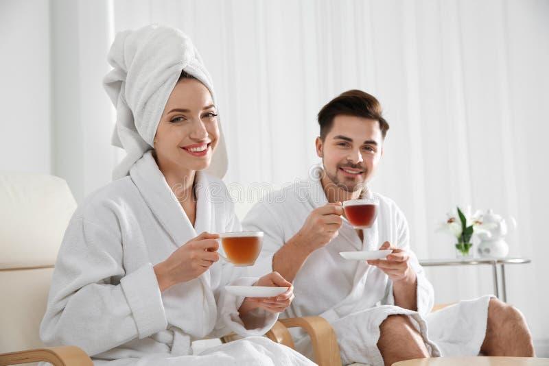 Jeunes ajouter romantiques au th? photos libres de droits