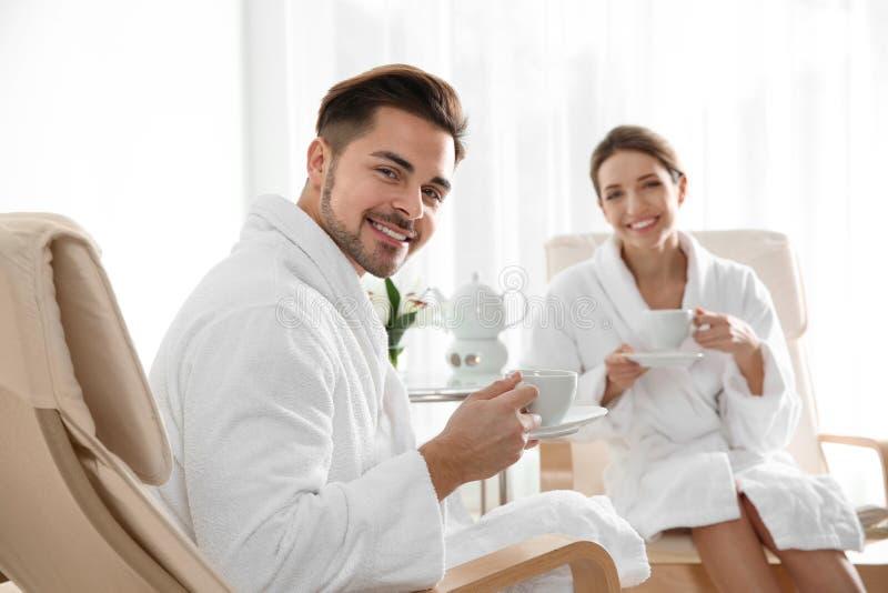 Jeunes ajouter romantiques au th? image libre de droits