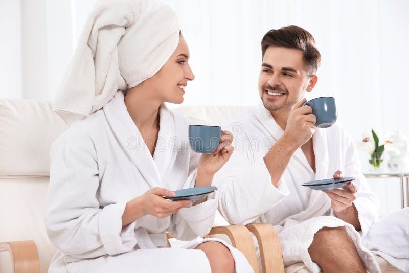 Jeunes ajouter romantiques au th? photos stock