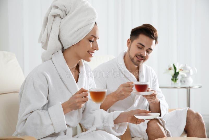 Jeunes ajouter romantiques au th? photo libre de droits