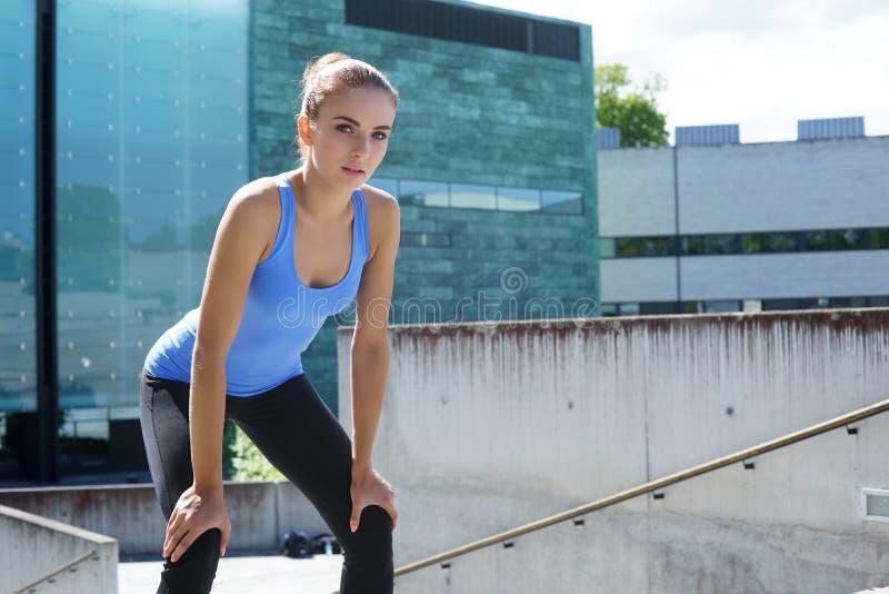 Jeunes, ajustement et femme sportive se reposant après la formation Forme physique, sport, pulser urbain et concept sain de mode  photo libre de droits