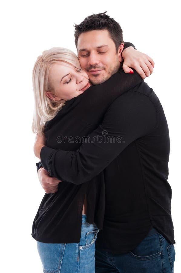 Jeunes amants mignons étreignant avec amour image stock