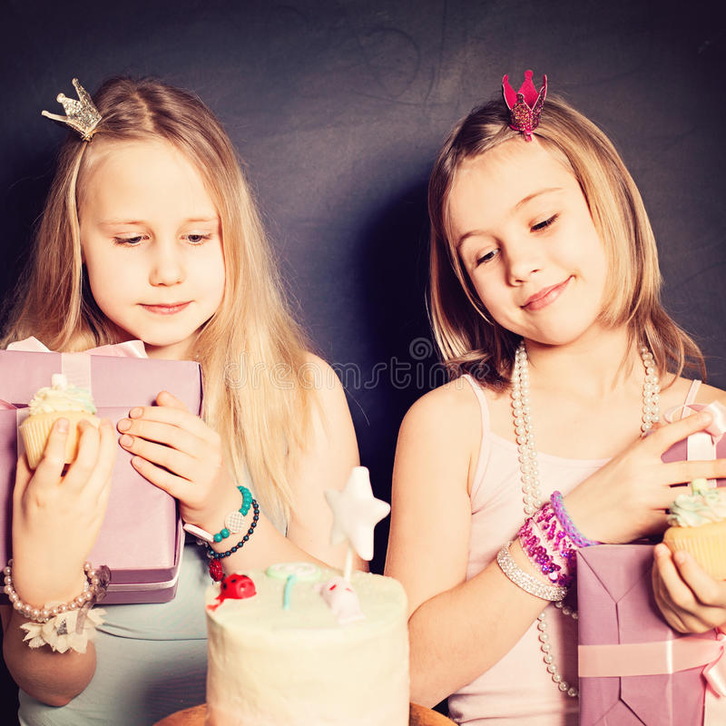 Jeunes amies avec le boîte-cadeau et le gâteau Anniversaire photographie stock libre de droits
