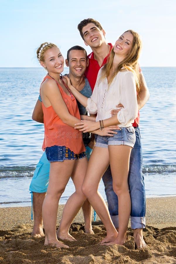 Jeunes amis appréciant à la plage photo libre de droits
