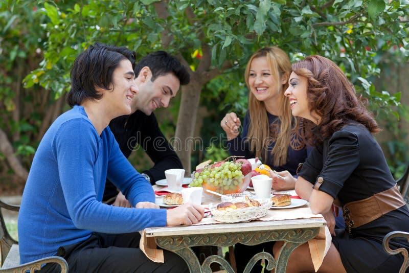 Jeunes amis appréciant le café à un restaurant photographie stock