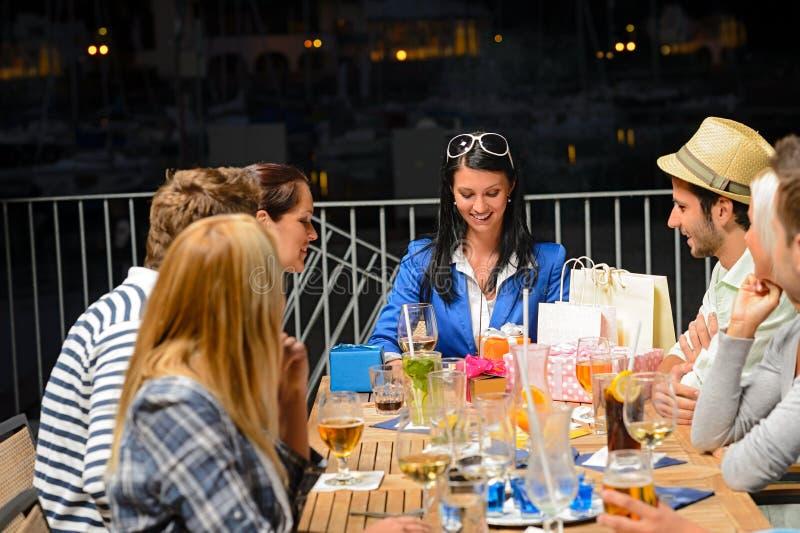 Amis célébrant dehors la fête d'anniversaire image stock