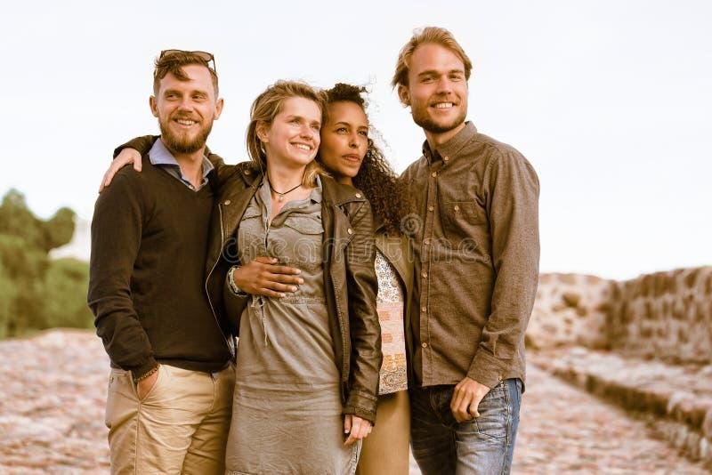 Jeunes amis comme concept Lithuanie d'unité et d'amitié photo libre de droits