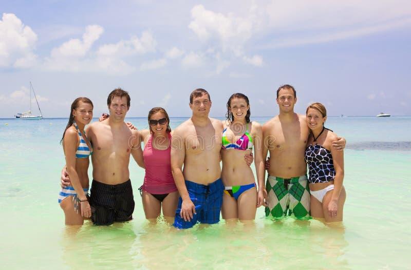 Jeunes amis des vacances de plage images stock