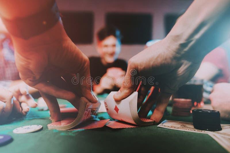 Jeunes amis jouant le tisonnier sur la partie à la maison photo libre de droits