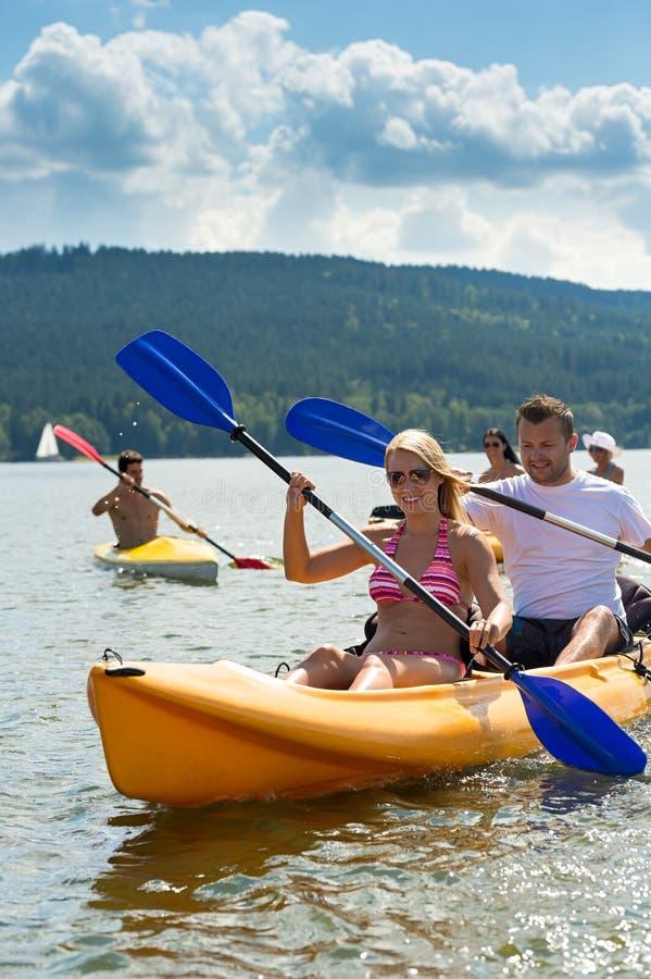 Soleil de sourire de kayak d'aviron de couples photos libres de droits
