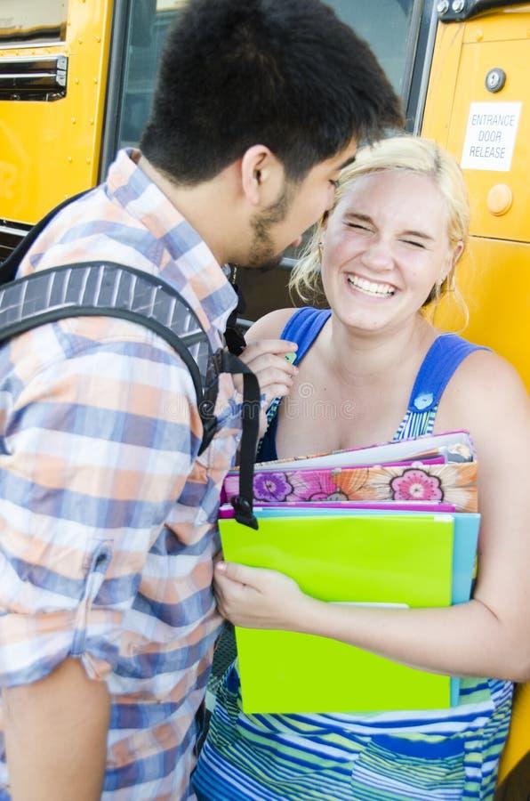 Jeunes amoureux de lycée d'amour photo libre de droits