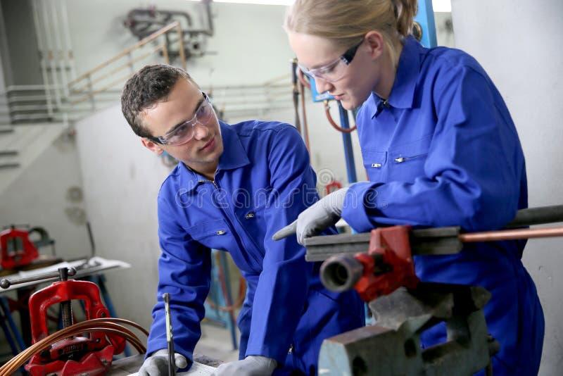 Jeunes apprentis dans la formation de plumbery photo stock