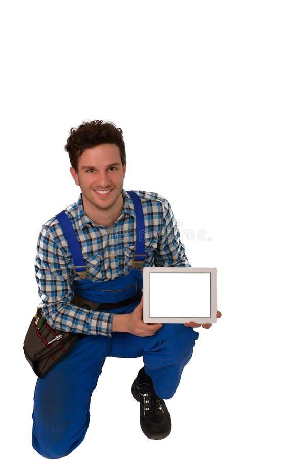 Jeunes artisan/artisan avec une ceinture et un comprimé d'outil d'isolement sur le fond blanc photo libre de droits