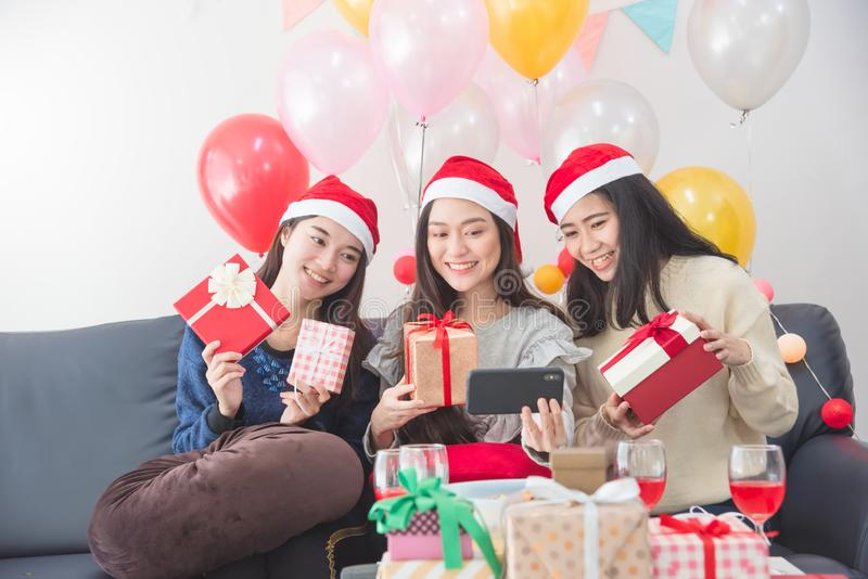Jeunes asiatiques prenant la photo par le téléphone portable à la fête de Noël photos stock