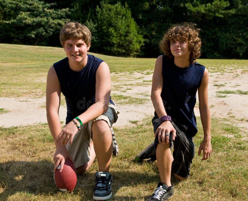 Jeunes athlètes du football images stock