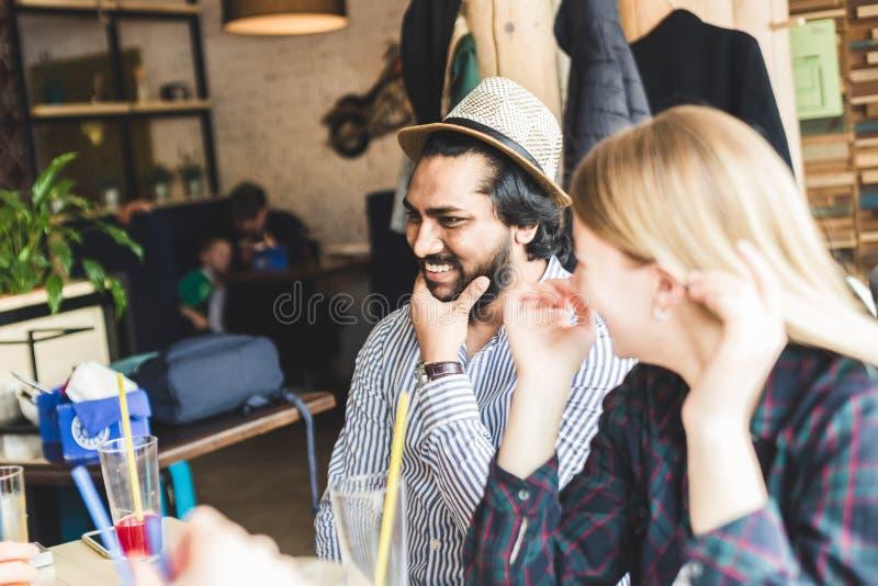 Jeunes attirants de rassemblement dans le caf? Les amis causent, ont l'amusement, cocktails de boissons et mangent photos stock