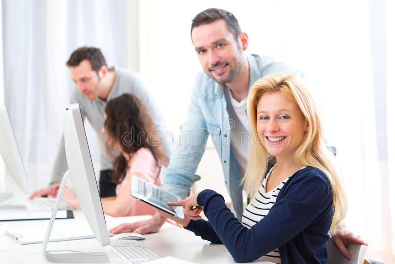 Jeunes attirants prenant un cours de formation image stock
