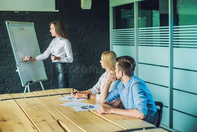 Jeunes, attirants professionnels ayant la formation d'affaires image stock