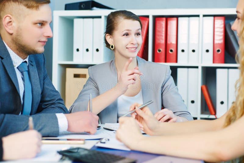Jeunes avocats discutant travaillant des problèmes Affaires et association sérieuses, offre d'emploi, concept financier de succès image libre de droits