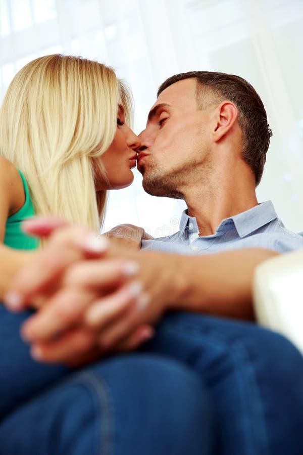 Jeunes baisers affectueux de couples image libre de droits