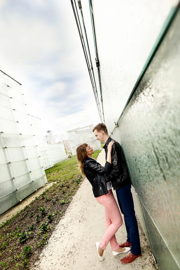 Jeunes baisers de couples Session d'engagement image stock