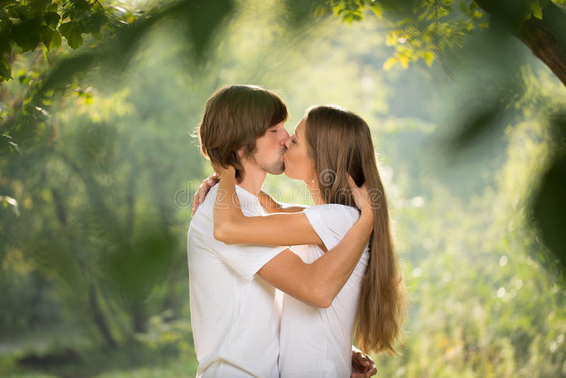 Jeunes baisers heureux de couples extérieurs images stock