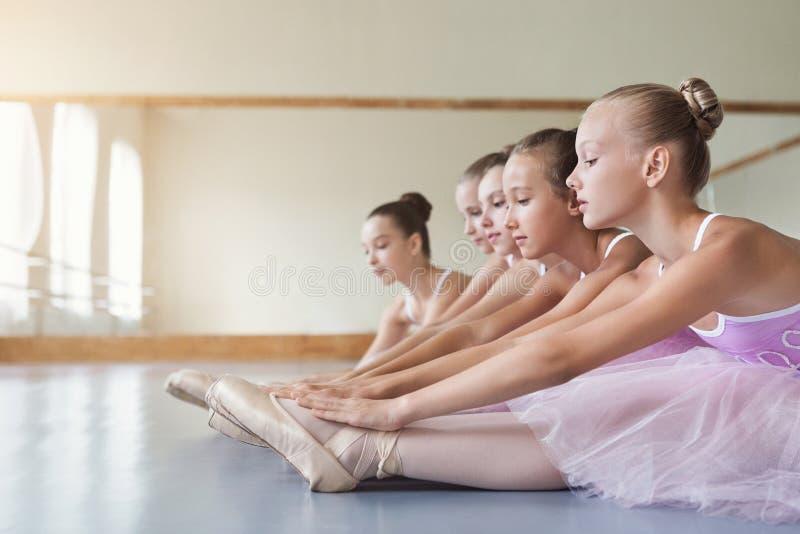 Jeunes ballerines s'étirant avant représentation à l'école classique de danse photographie stock libre de droits
