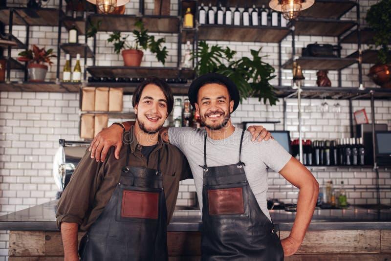 Jeunes barmans masculins heureux photo libre de droits