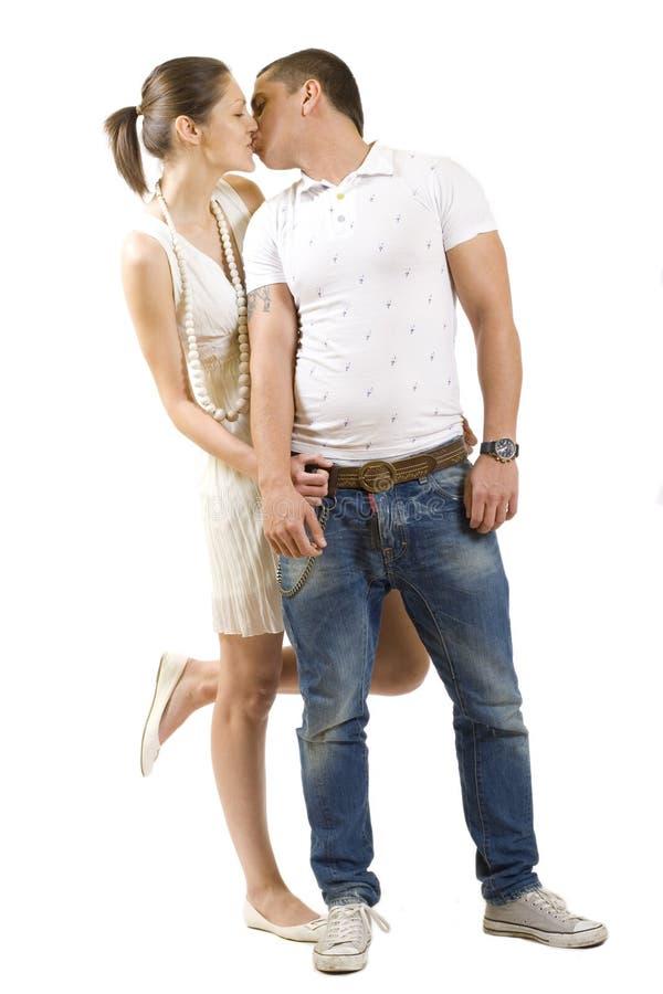 Jeunes beaux baisers de couples images stock