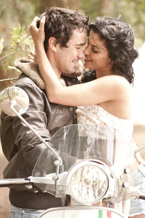 Jeunes beaux couples ayant l'amusement images stock