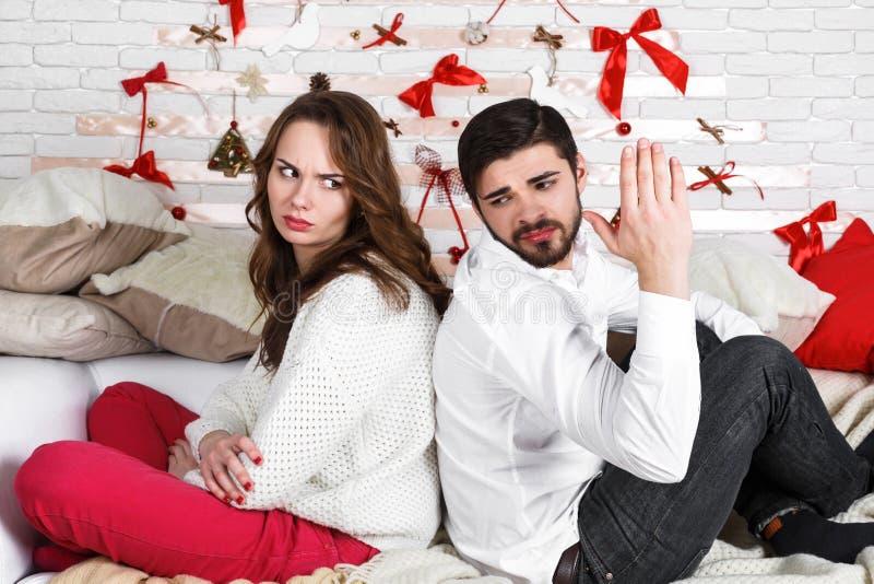 Jeunes beaux couples d'homme et de femme affectueux images libres de droits