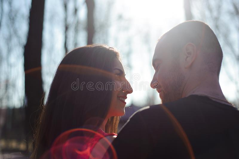 Jeunes beaux couples dans la pose d'amour extérieure dans la ville Jeune wom photographie stock