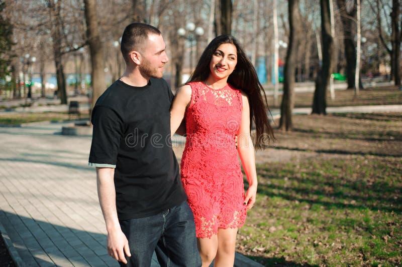 Jeunes beaux couples dans la pose d'amour extérieure dans la ville Jeune wom image libre de droits