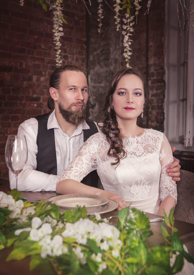 Jeunes beaux couples de mariage photo stock