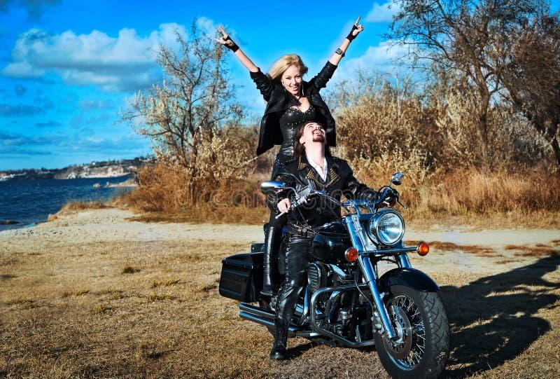 Jeunes beaux couples et vélo image libre de droits