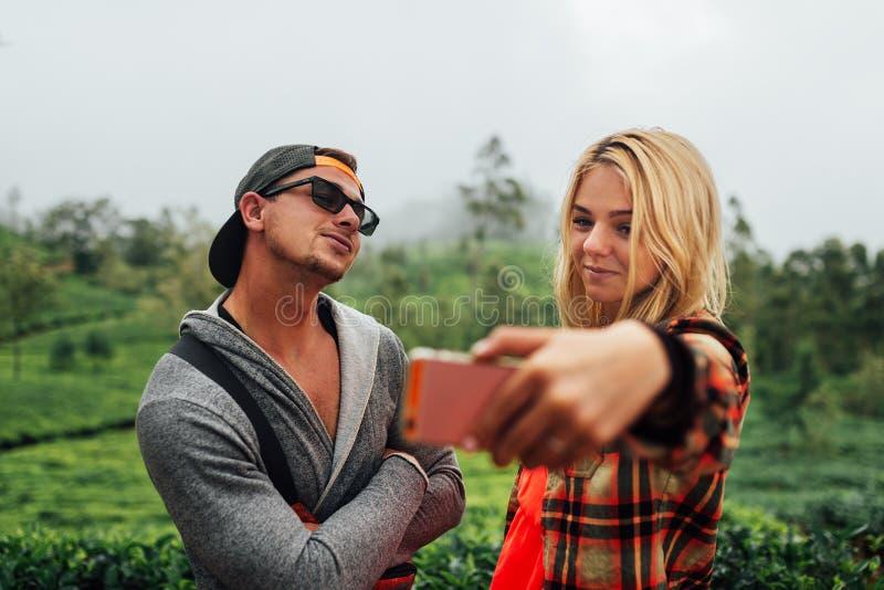 Jeunes beaux couples faisant un selfie photos libres de droits