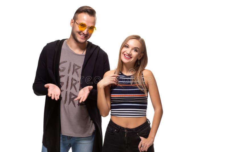 Jeunes beaux couples heureux se tenant ensemble et riant Le studio a tiré au-dessus du fond blanc photos stock