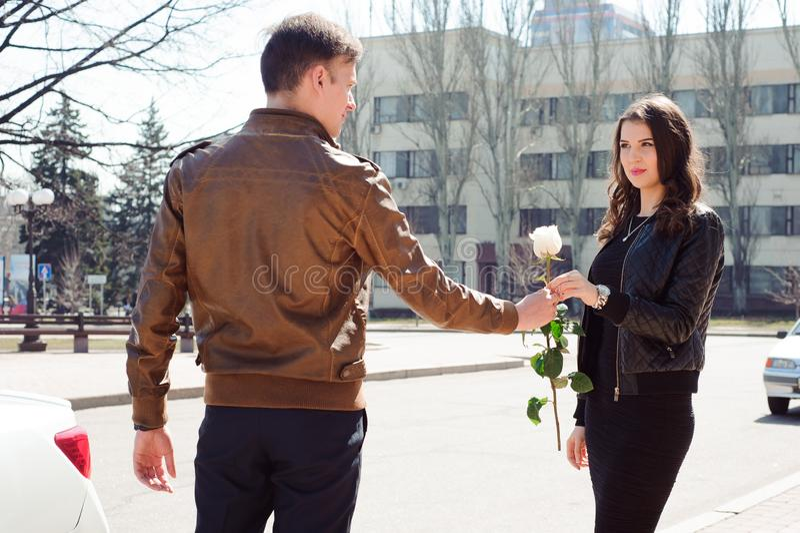 Jeunes beaux couples se reposant, marchant en parc, souriant, se réjouissant outdoors image stock