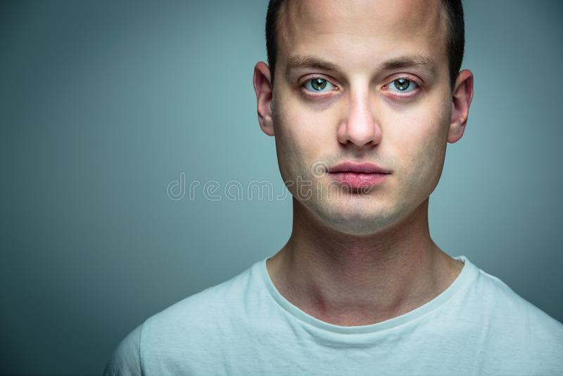 jeunes beaux de verticale d'homme photographie stock libre de droits
