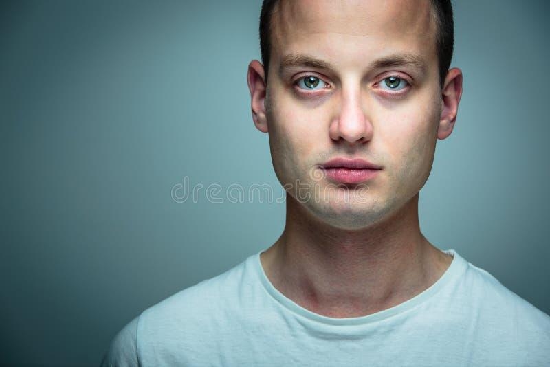 jeunes beaux de verticale d'homme photo stock