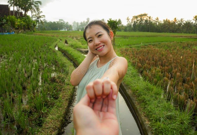 Jeunes beaux et heureux couples coréens asiatiques dans l'amour avec la femme tenant son apprécier libre de sourire de sentiment  image libre de droits