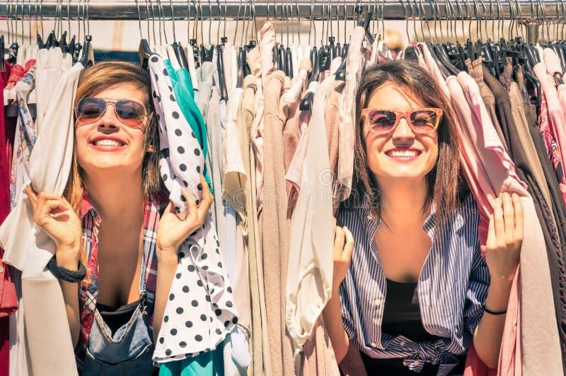 Jeunes belles amies de femmes au marché hebdomadaire de tissu photos stock
