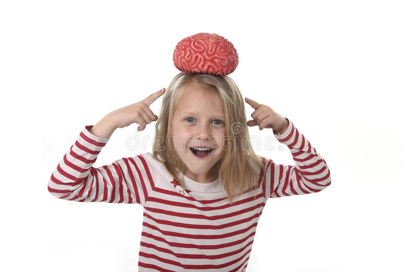Jeunes belles années de la fille 6 à 8 jouant avec le cerveau en caoutchouc ayant l'amusement apprenant le concept de la science images libres de droits