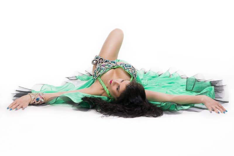 Jeunes belles femmes orientales exotiques dans la robe verte ethnique D'isolement sur le fond blanc photographie stock libre de droits