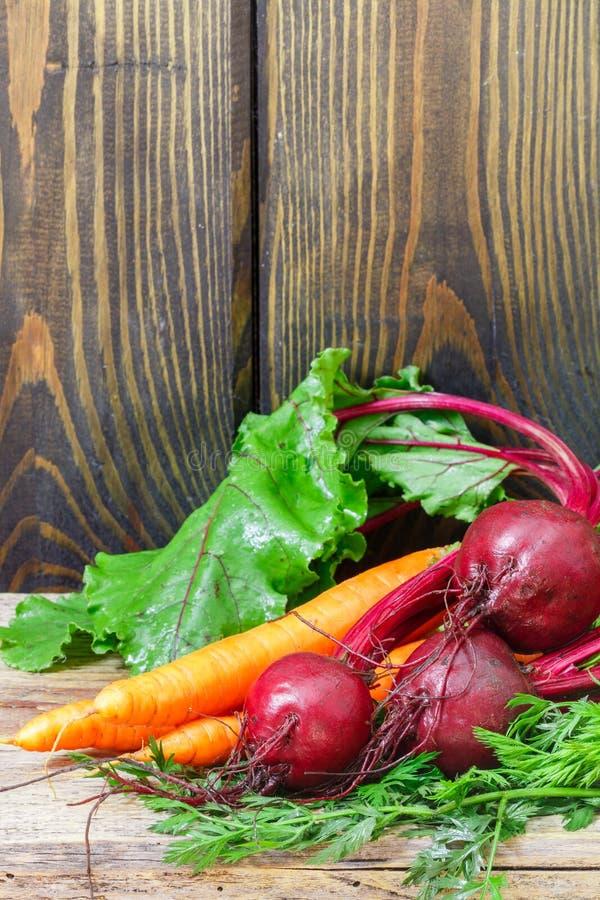 Jeunes betteraves et carottes organiques avec des feuilles Copiez l'espace photo stock