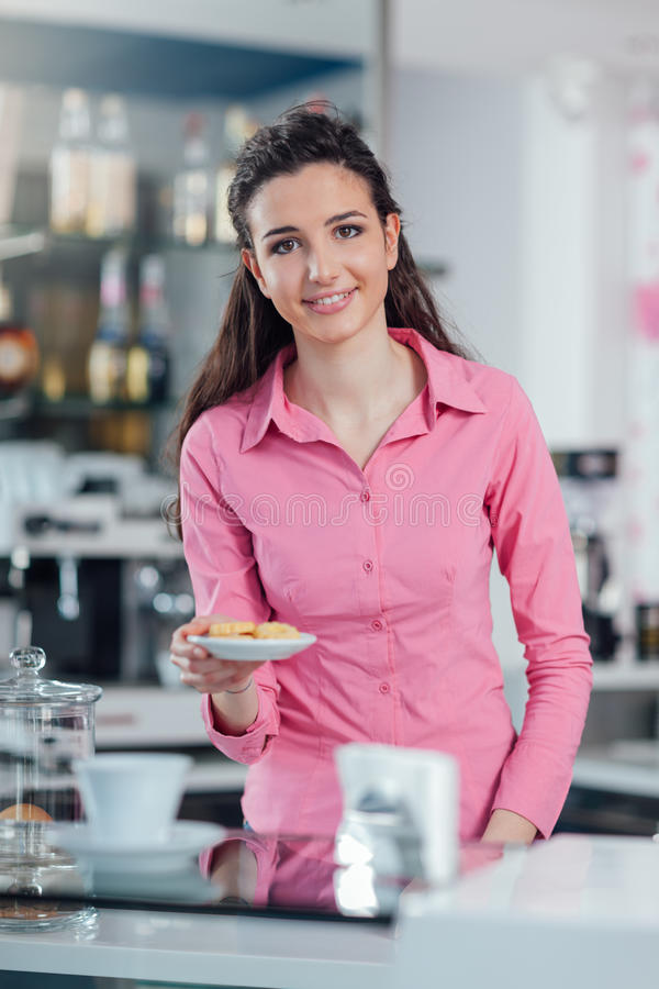 Jeunes biscuits de portion de barman image stock