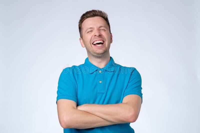 jeunes blancs riants d'isolement beaux de verticale d'homme de fond photo stock