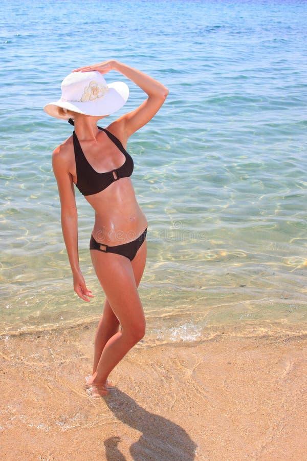 jeunes bronzés sexy blonds de femme de beau bikini photo stock