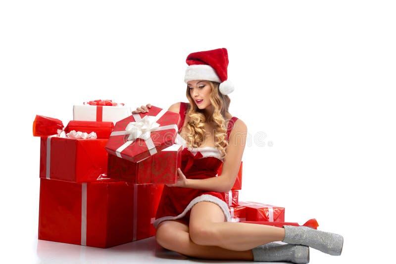 Jeunes cadeaux de Noël femelles attrayants d'ouverture photos libres de droits