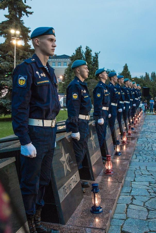 Jeunes cadets dans la garde de l'honneur aux monuments images libres de droits